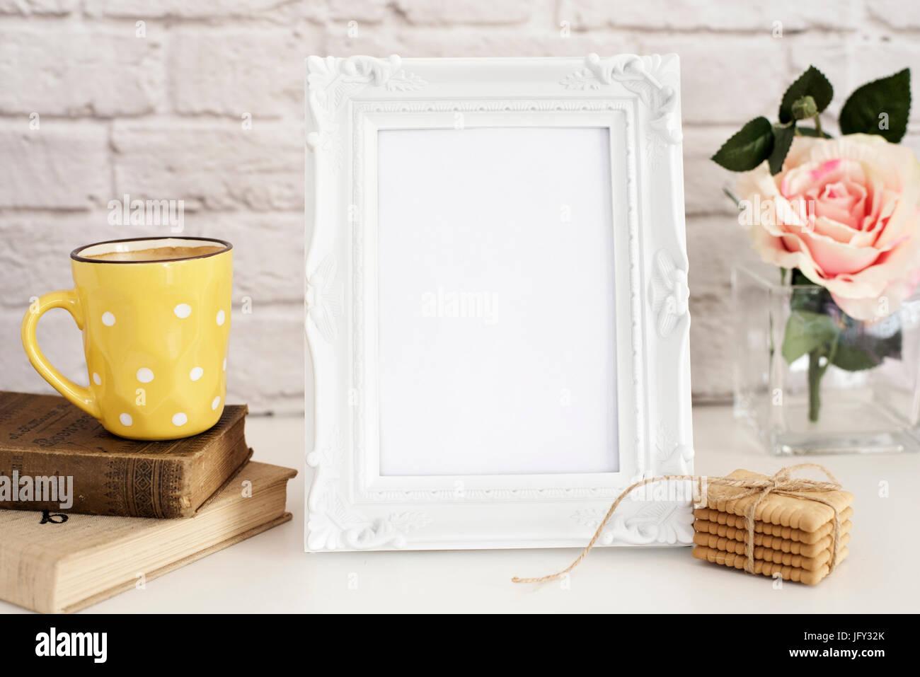 Frame-Mockup. Weißer Rahmen Mock Up. Gelbe Tasse Kaffee mit weißen ...