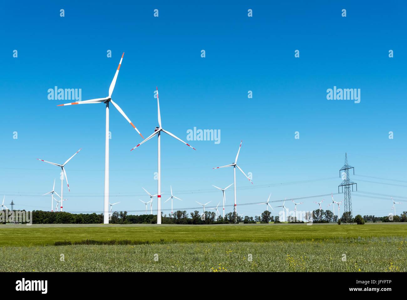 Windenergie anlagen in ländlichen Deutschland gesehen Stockbild