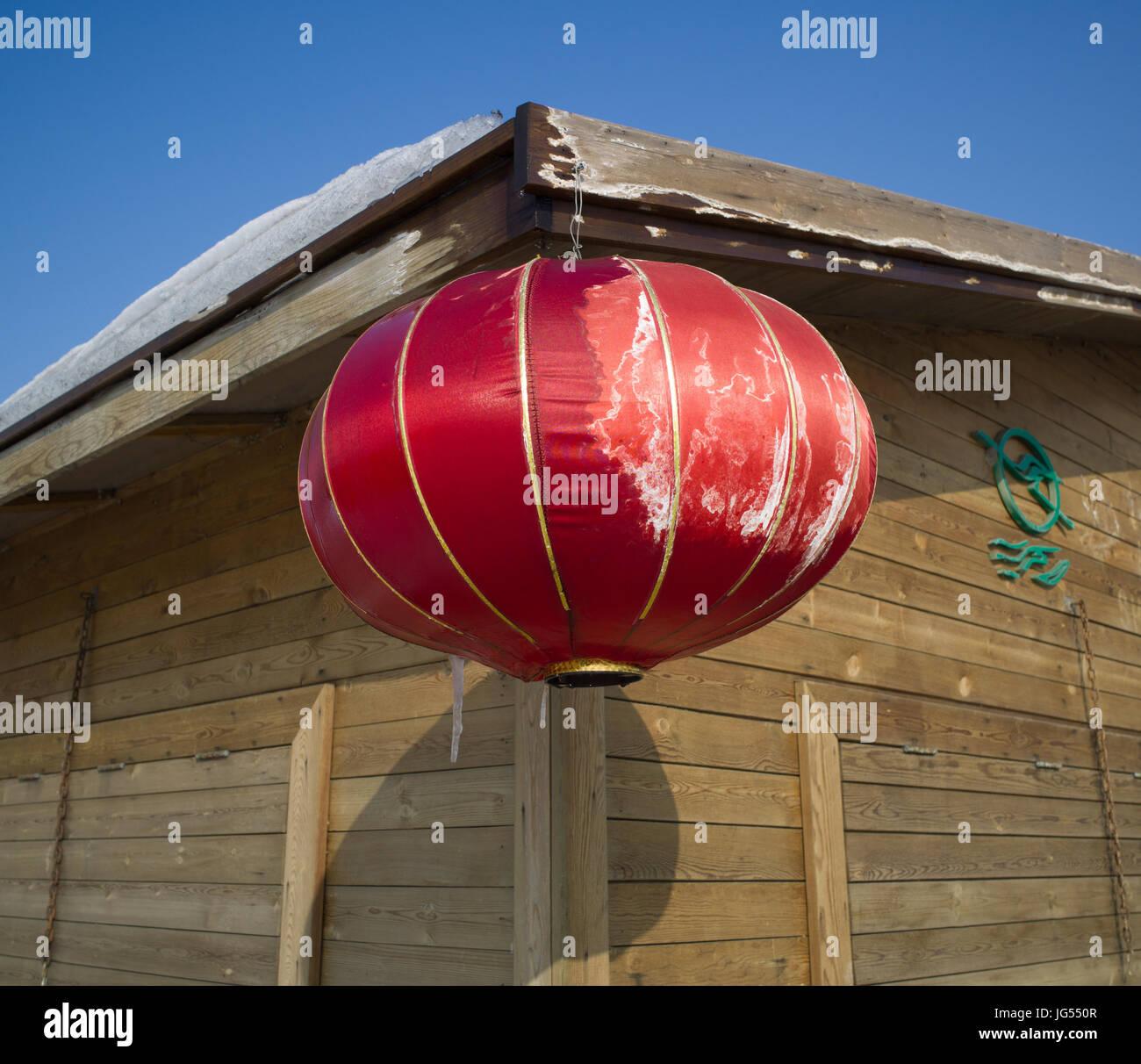 Rote Laternen auf außerhalb Holzhütten, Chinese New Year, Shahu ...