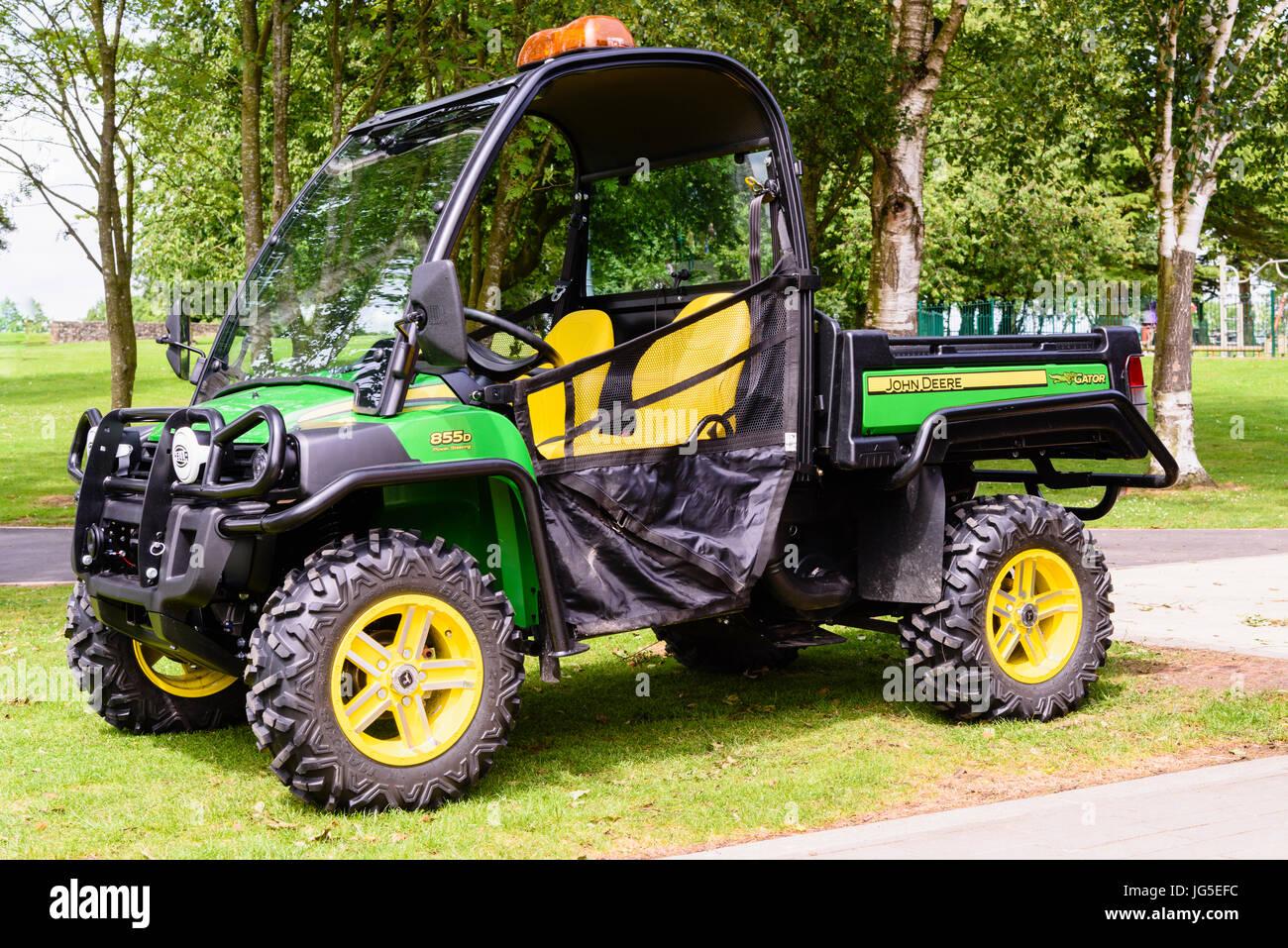 John Deere 855D Gator 4 x 4 Antrieb Pickup von Platzwarte Allrad für die Aufrechterhaltung der Parks, Golfplätze Stockfoto