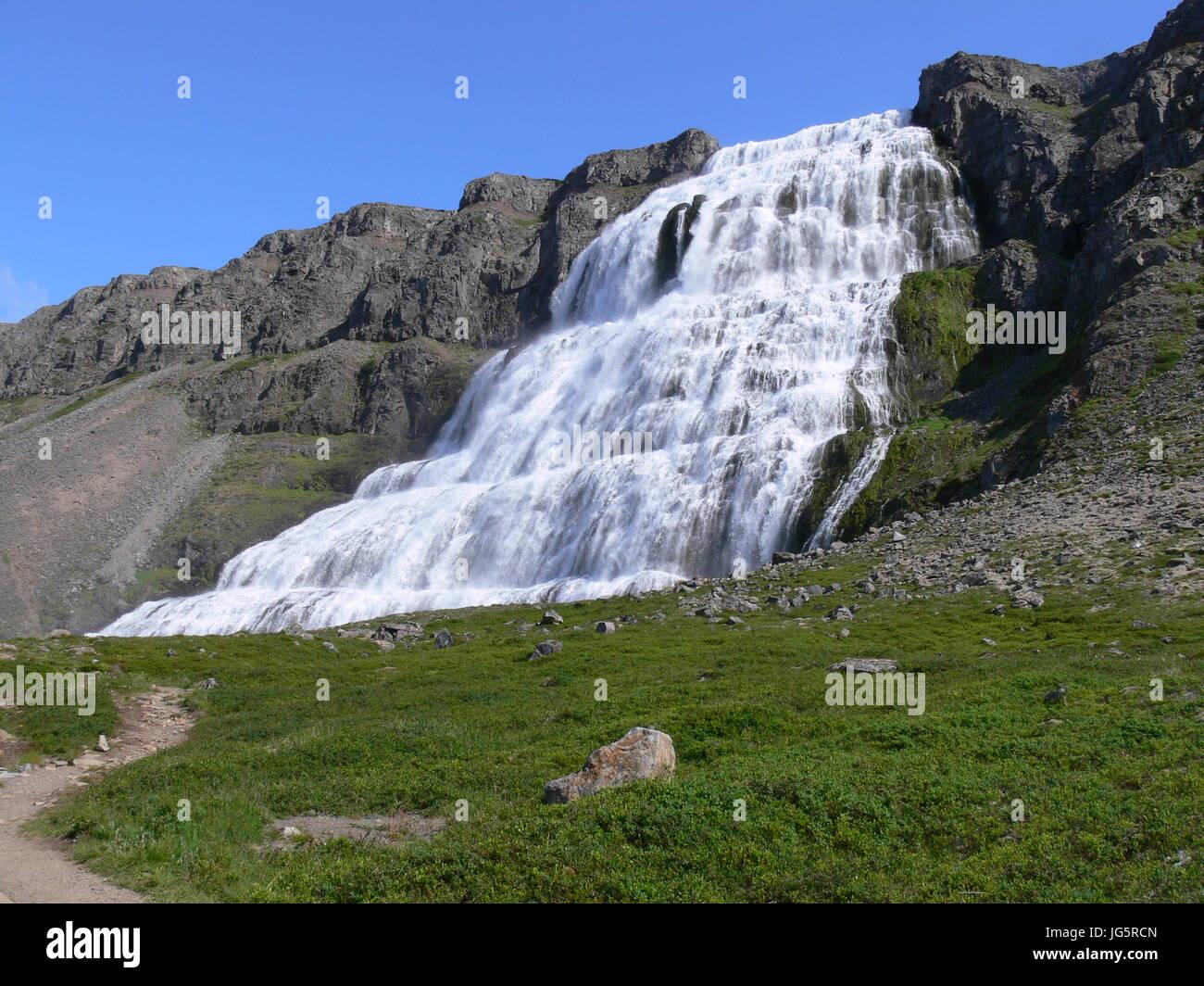 """Ein Blick von der Seite bis zum mächtigen Wasserfall """"Dynjandi"""" auf Island Stockfoto"""