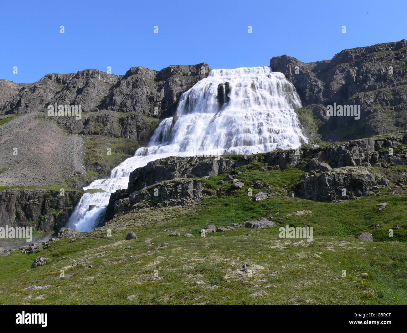 """Am Fuße des Wasserfalls """"Dynjandi"""" auf Island Stockfoto"""