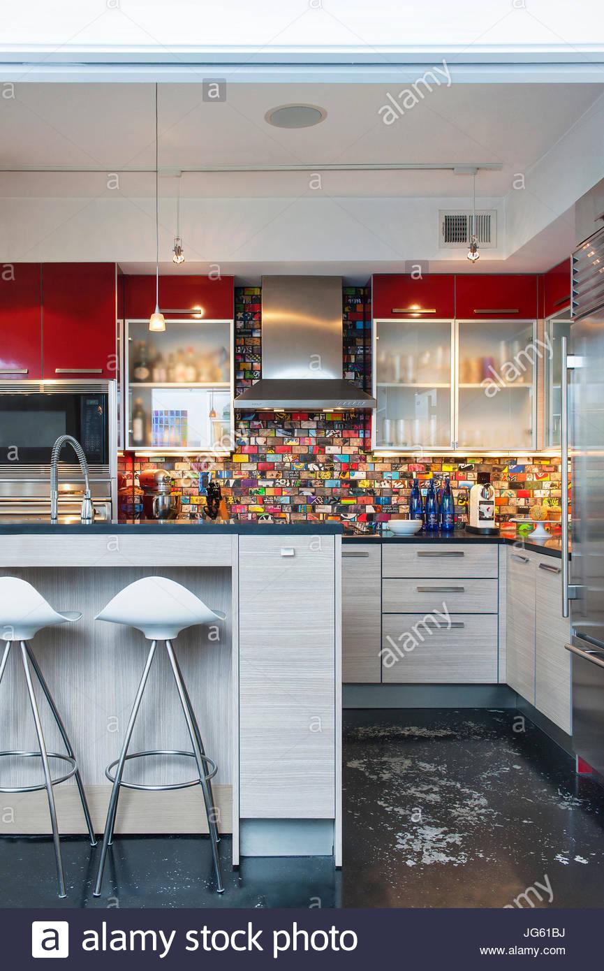 Moderner Küche mit Aufkantung Fliese gemacht von Skateboards, weiße ...