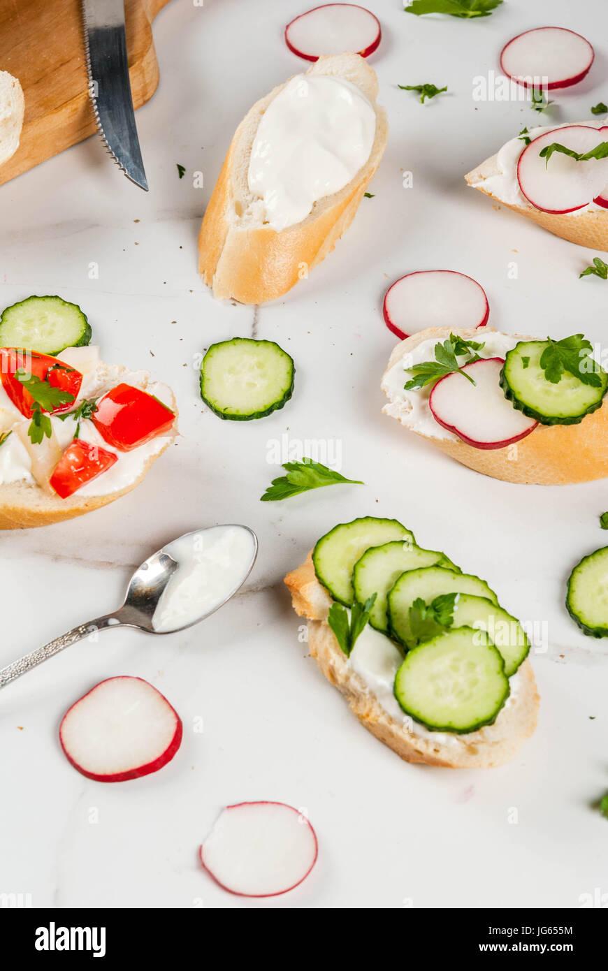Gesunde Ernährung. Frühling, Sommer Snacks. Sandwiches Toast mit hausgemachtem Frischkäse und frischem Stockbild
