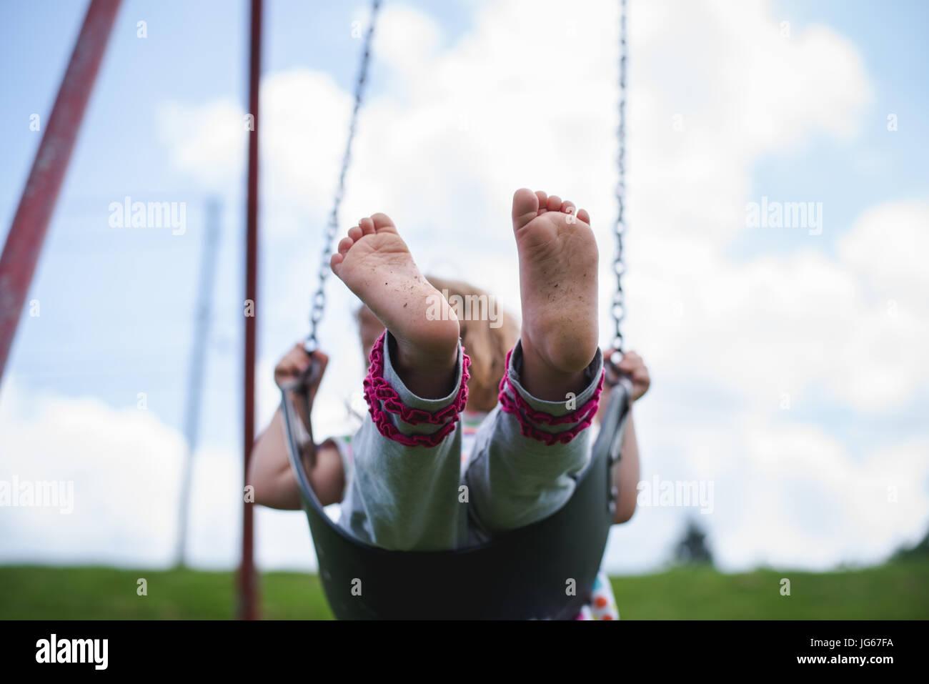 Ein Kind spielt auf einem Spielplatz Stockbild