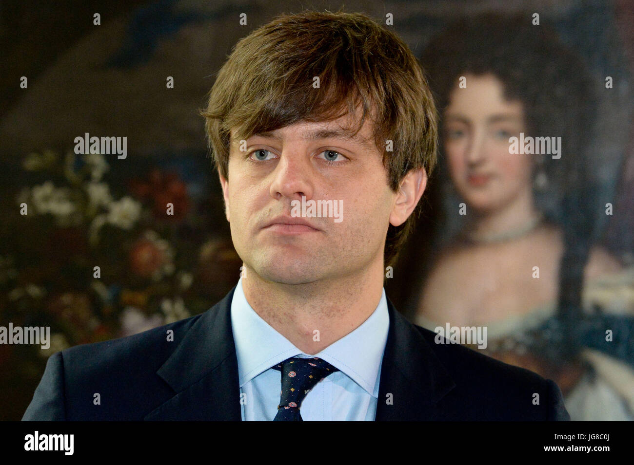 Datei - Prinz Ernst August von Hannover, am Schloss Marienburg bei Pattensen, Deutschland, 11. April 2014 fotografiert. Foto: Peter Steffen/dpa Stockfoto