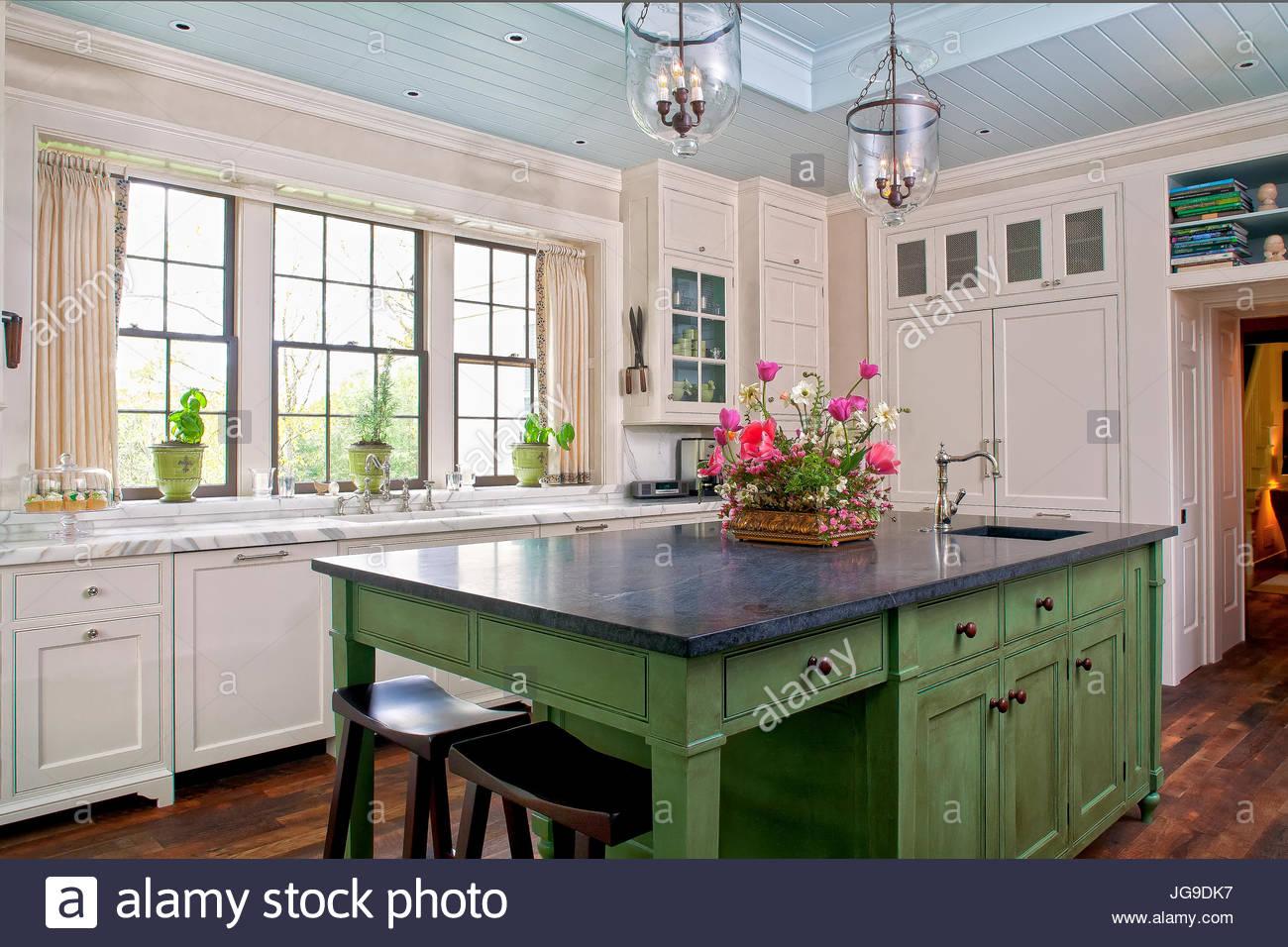 Land, Cottage-Küche, Aqua blau Decke, grüne Insel, Holzböden, Blumen ...