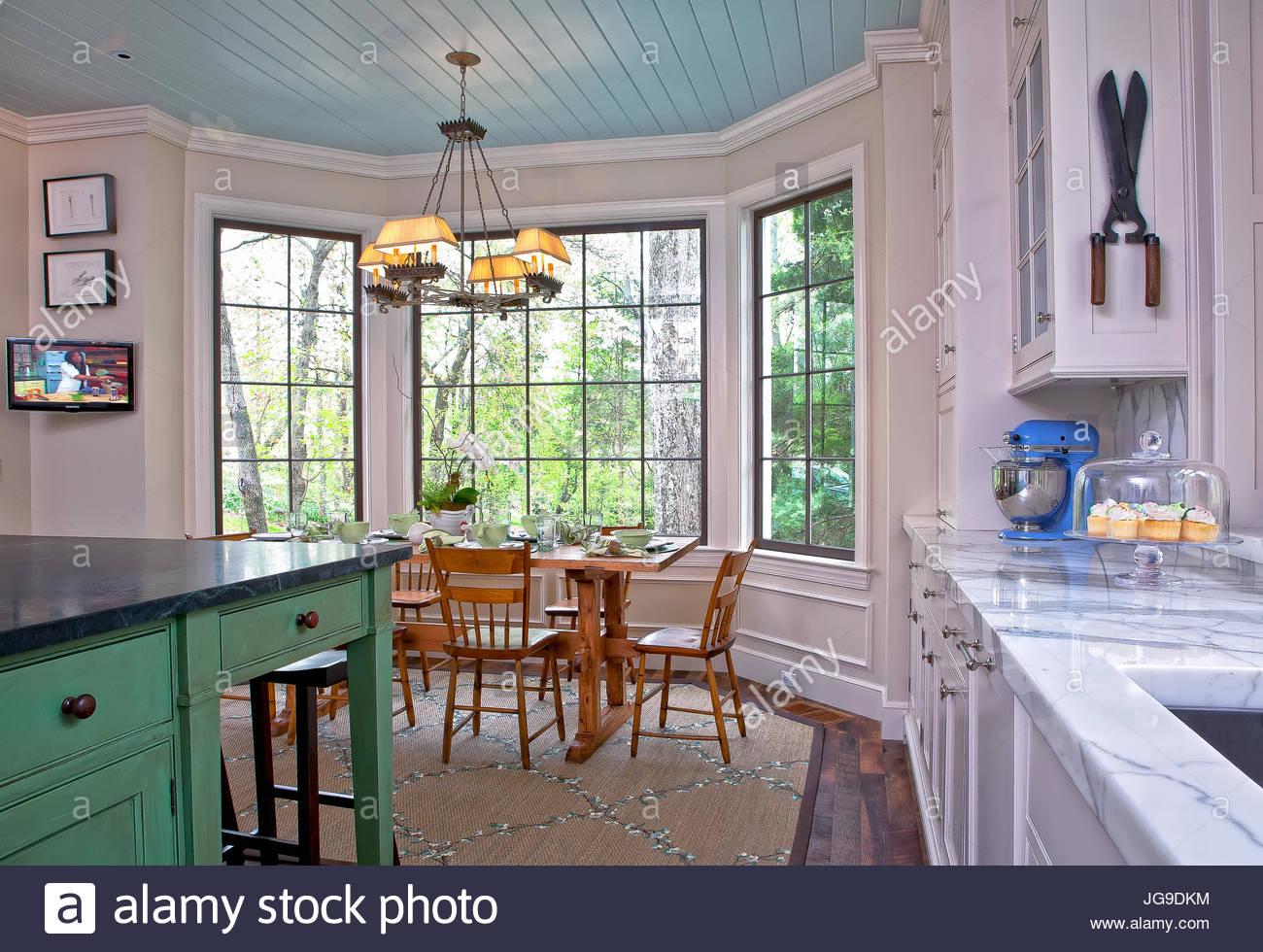 Land, Cottage-Küche, Aqua blau Decke, grüne Insel, Holzböden ...