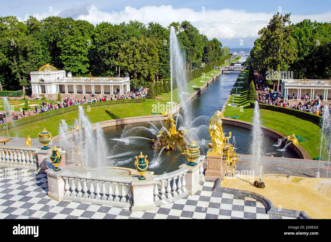 Peterhof Palast große Kaskade mit Brunnen und Gärten im Sommer in der Nähe von Sankt Petersburg, Stockbild