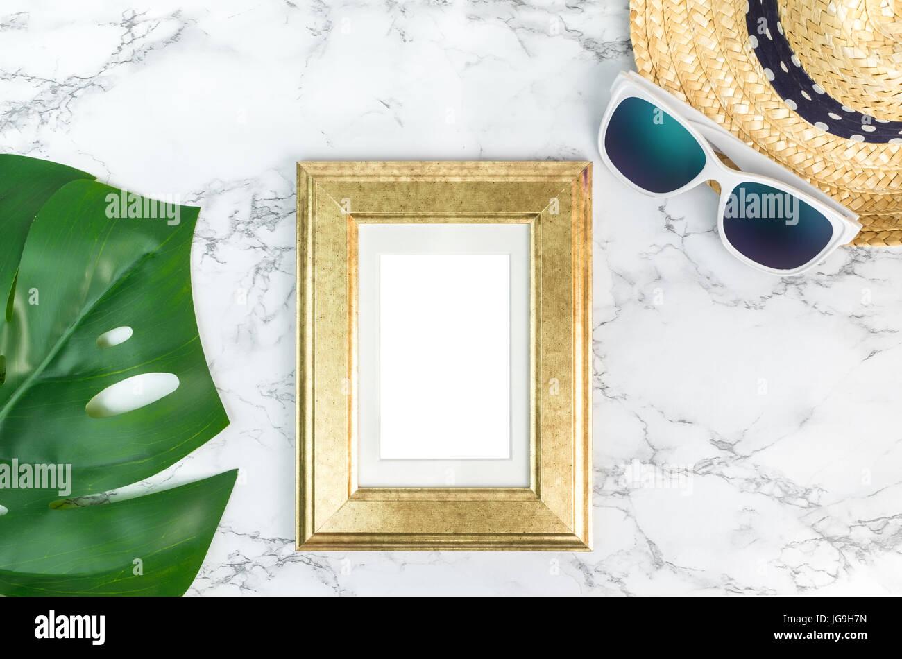 Leere Bilderrahmen Vintage goldene Farbe auf grün Monstera Blatt mit ...