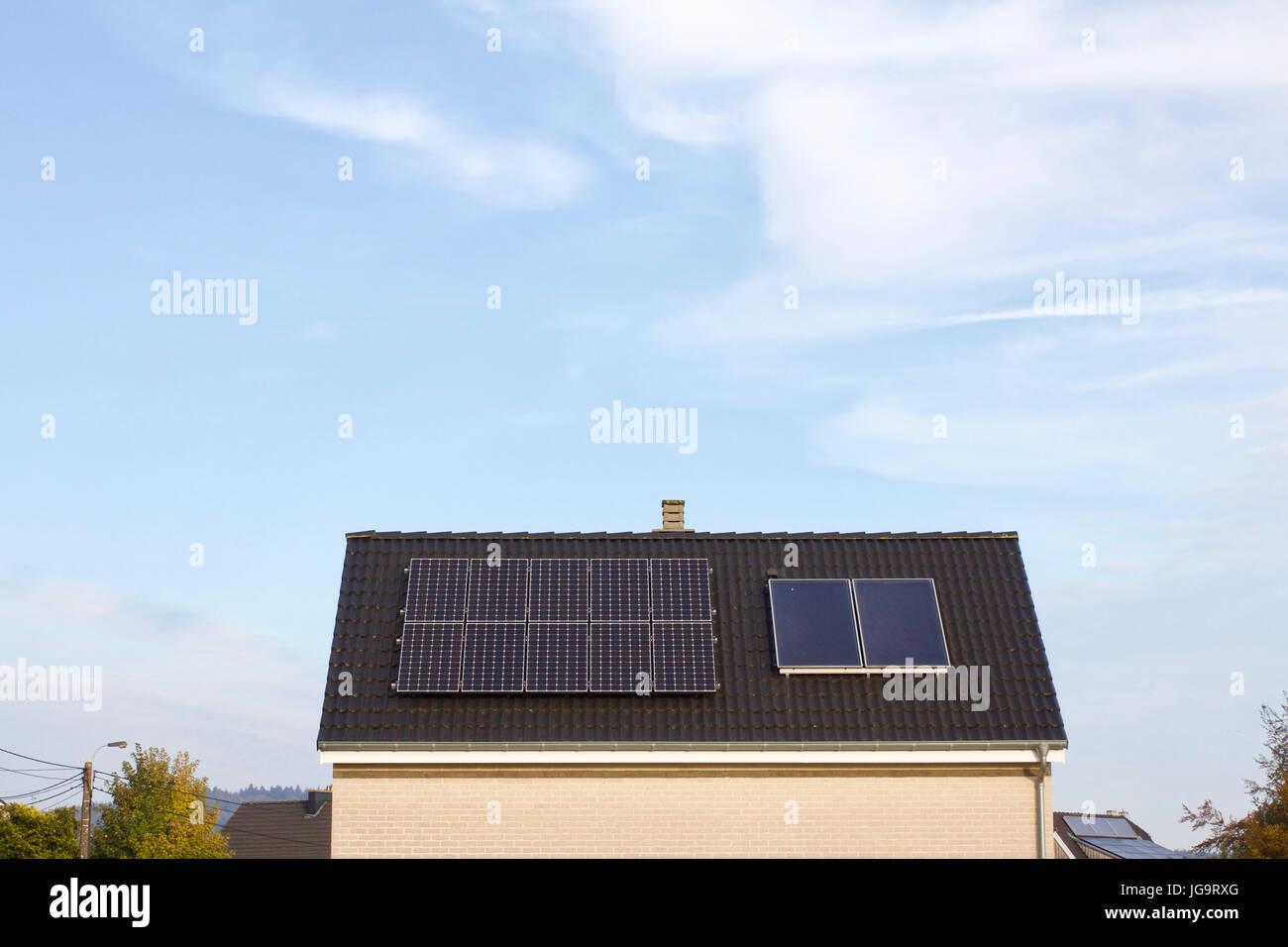 Modernes Haus Mit Solar Panel Dach, Blauer Himmel Und Wolken Im Hintergrund