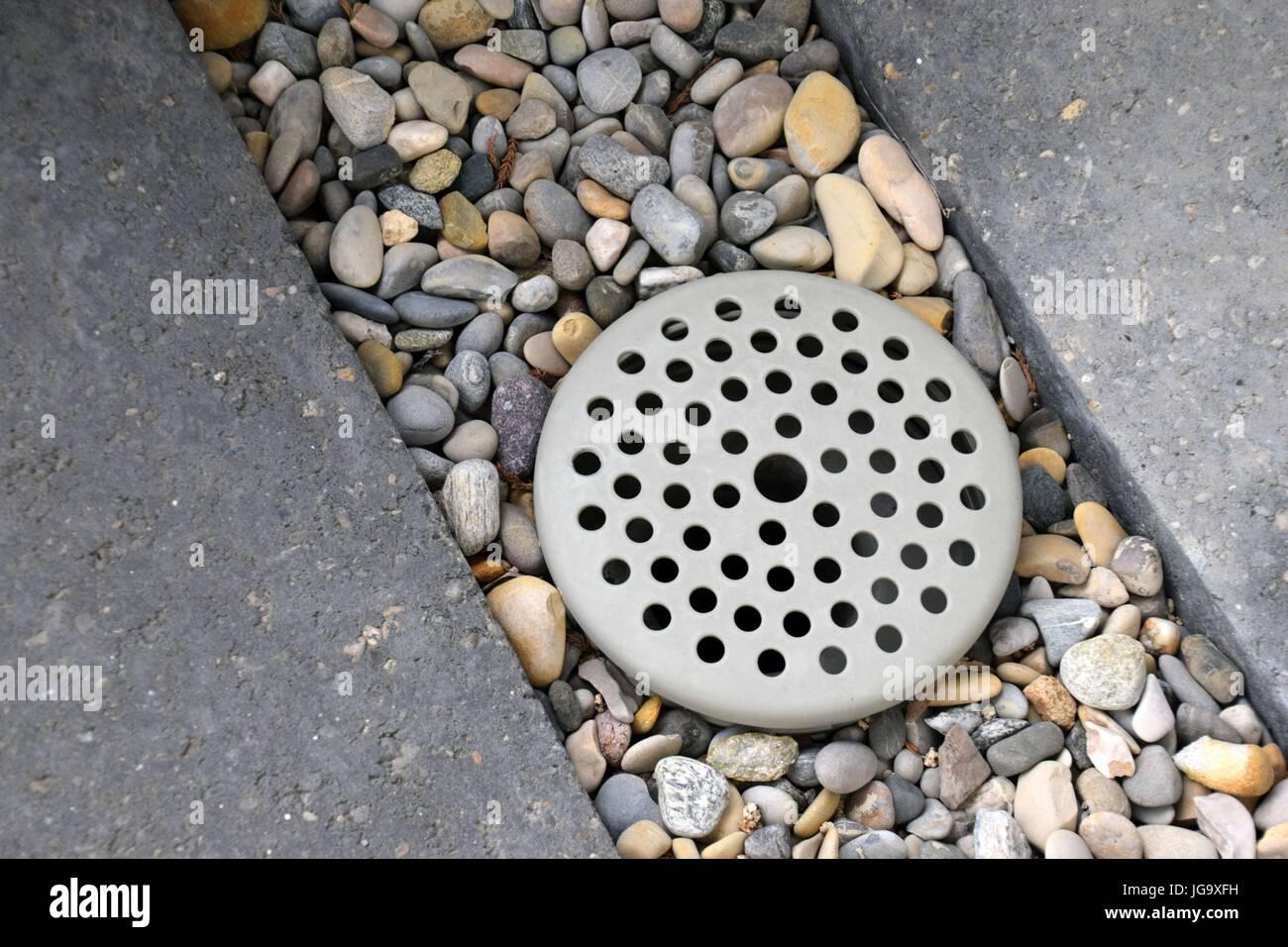 Wasserablauf Mit Steine Und Beton, Wasserablauf mit Beton und Steinen Stockbild