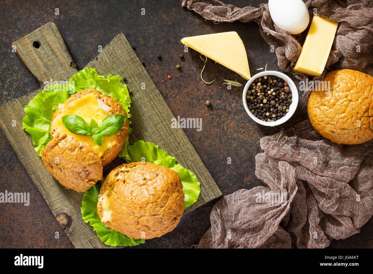 Lecker gebackene Burger aus Speck, Eiern, Käse, serviert mit frischen Salatblättern. Zutaten für Stockbild