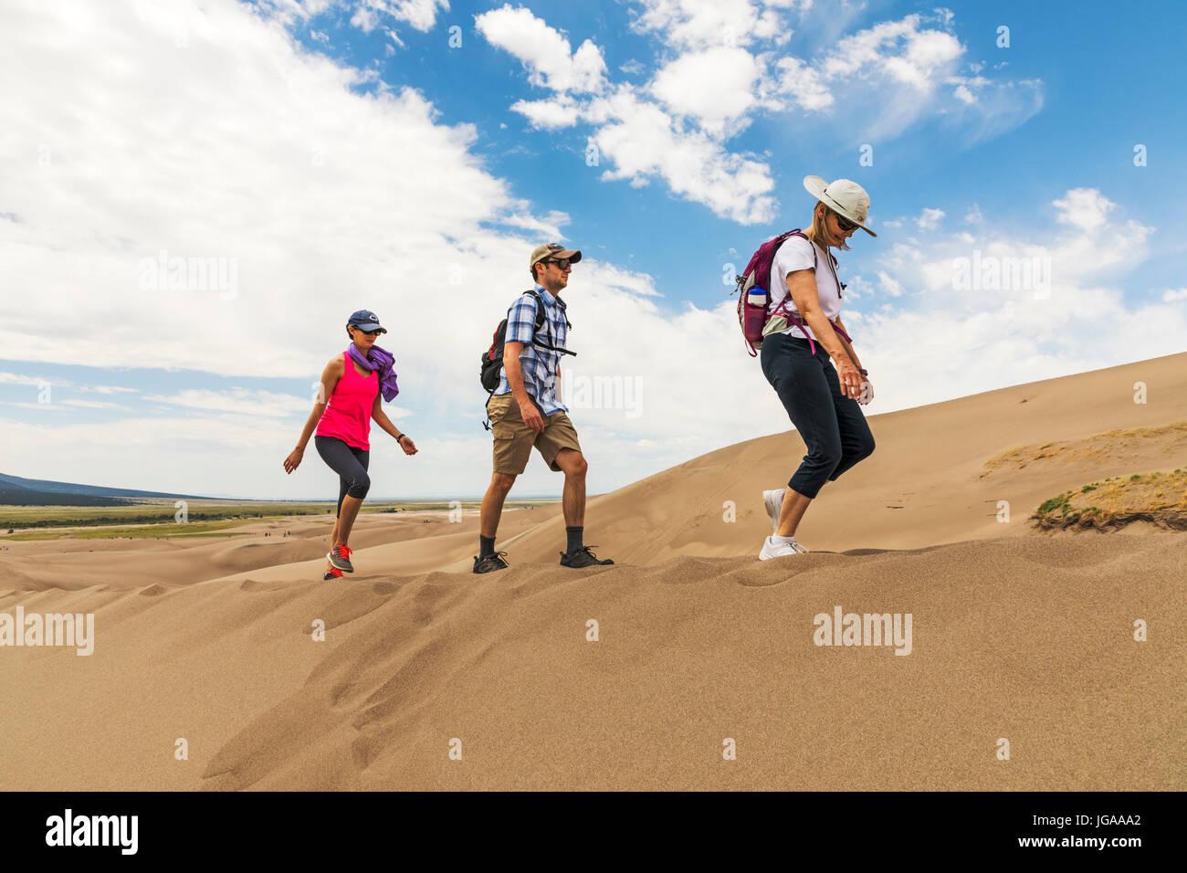Besucher erkunden Great Sand Dunes National Park & vorbehalten; San Luis Valley; Colorado; USA; 44.246 Hektar Stockbild
