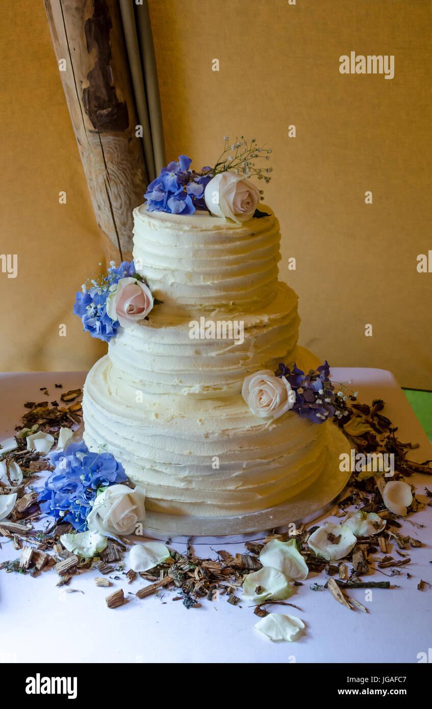 Eine dreistufige Hochzeitstorte. Stockbild