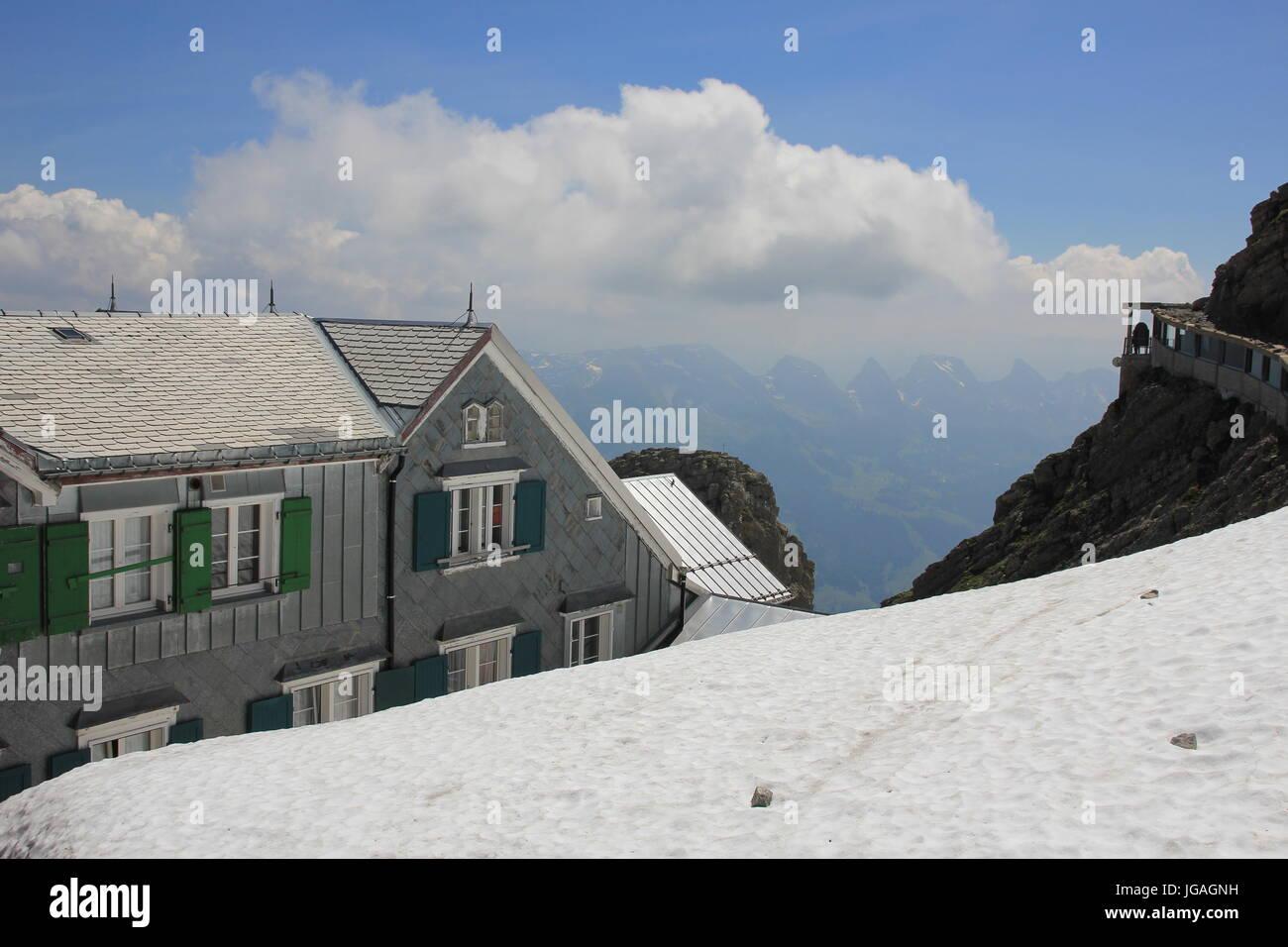 Schnee auf Mount Santis und altes Hotel. Stockbild
