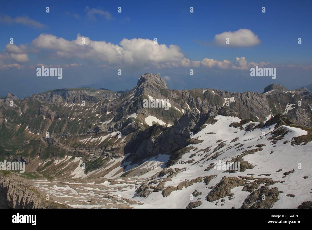 Berge des Bereichs Alpstein aus Mount Santis in der Schweiz zu sehen. Stockbild