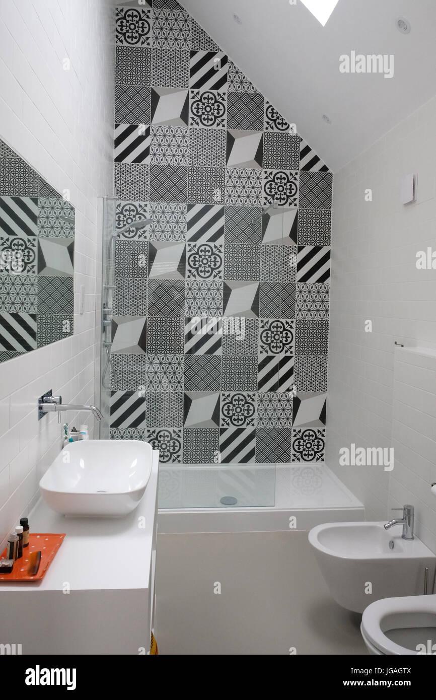 Modernes Badezimmer Mit Monochromen Patchwork Fliesen Stockfoto - Patchwork fliesen bad