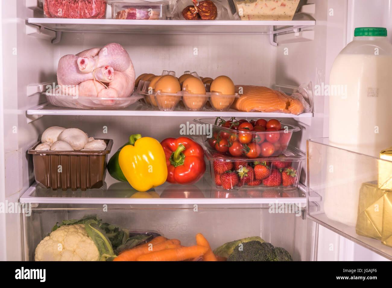Kühlschrank Einlegeboden : Ein offener kühlschrank mit verschiedenen frischen essen und trinken