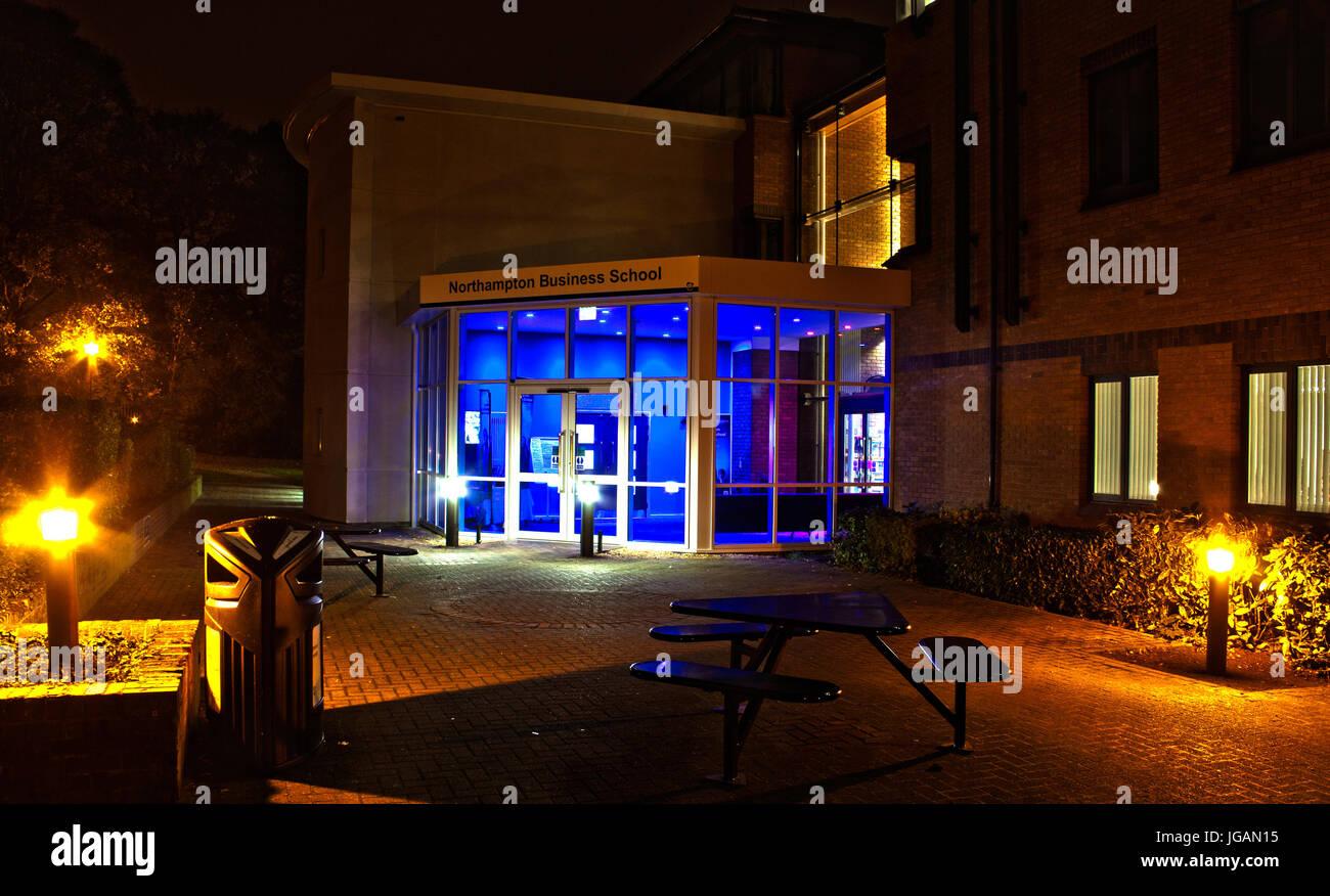 Northampton Business School in der Nacht - UK Stockbild