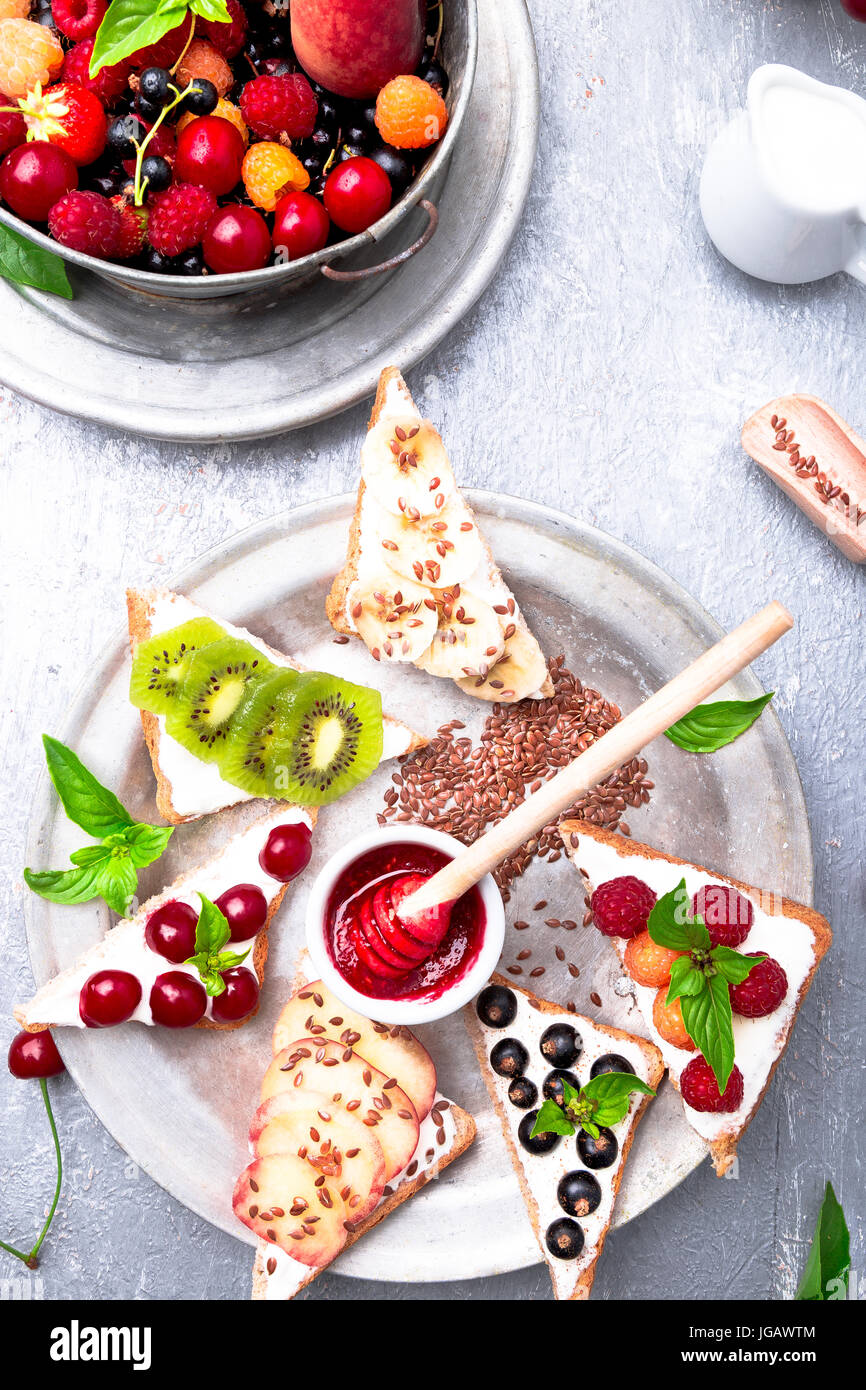Obst Toast auf grauem Hintergrund. gesundes Frühstück. sauber essen. Diät Konzept. Korn Scheiben Stockbild