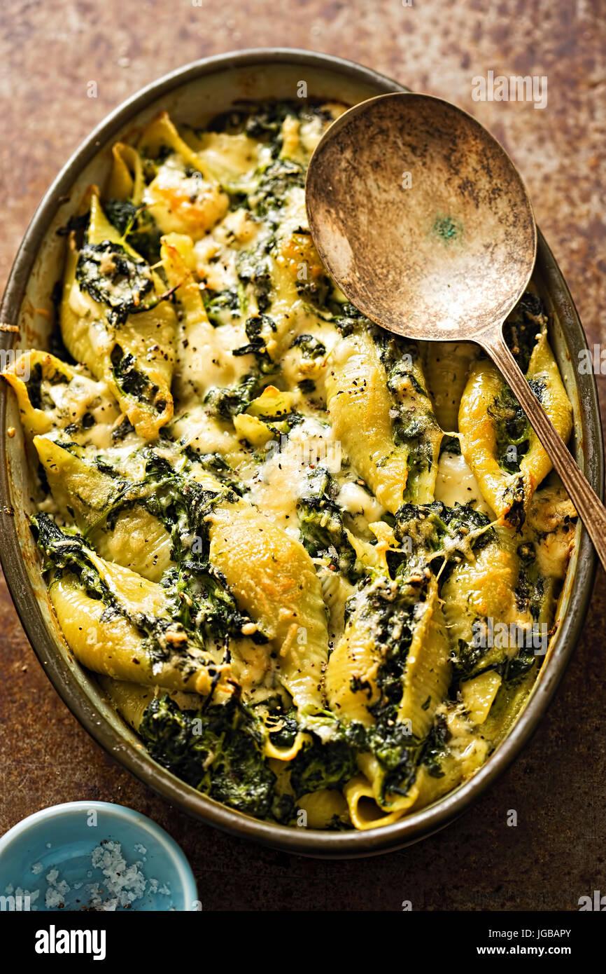 Spinat-Jumbo Muschel-Nudeln mit Parmesan und Roquefort Käse Backen Stockbild