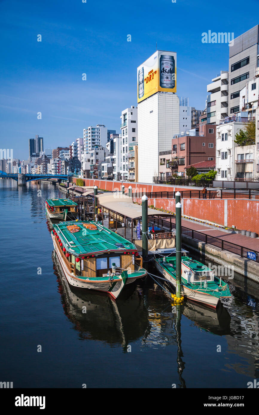 Reflexionen von Booten in den Sumida-Fluss in Asakusa, Tokio, Japan. Stockbild