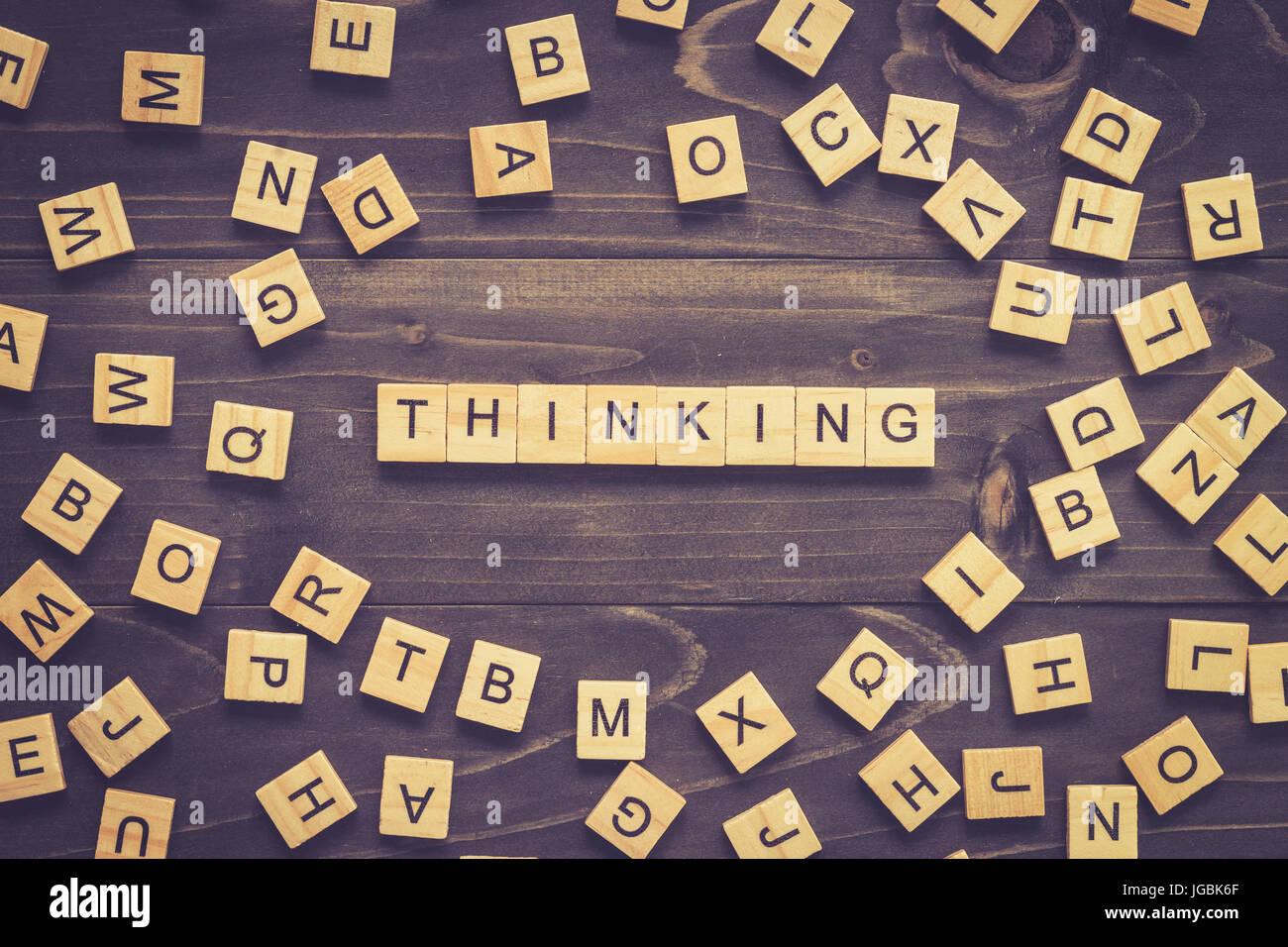 Denken Wort Holzblock auf Tisch für Business-Konzept. Stockbild