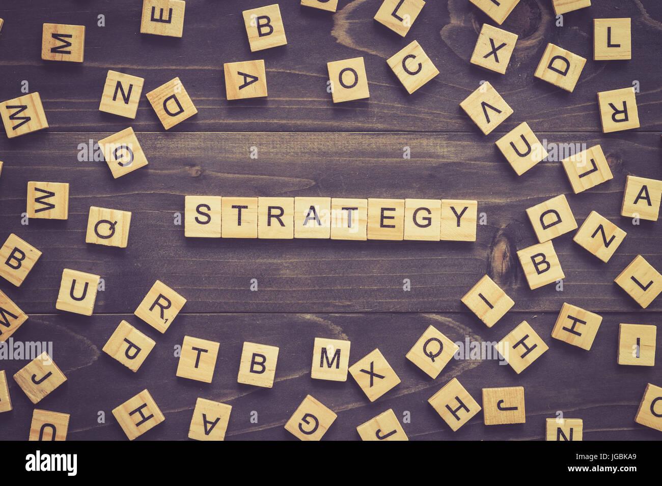 Strategie-Wort-Holz-Block auf Tisch für Business-Konzept. Stockbild