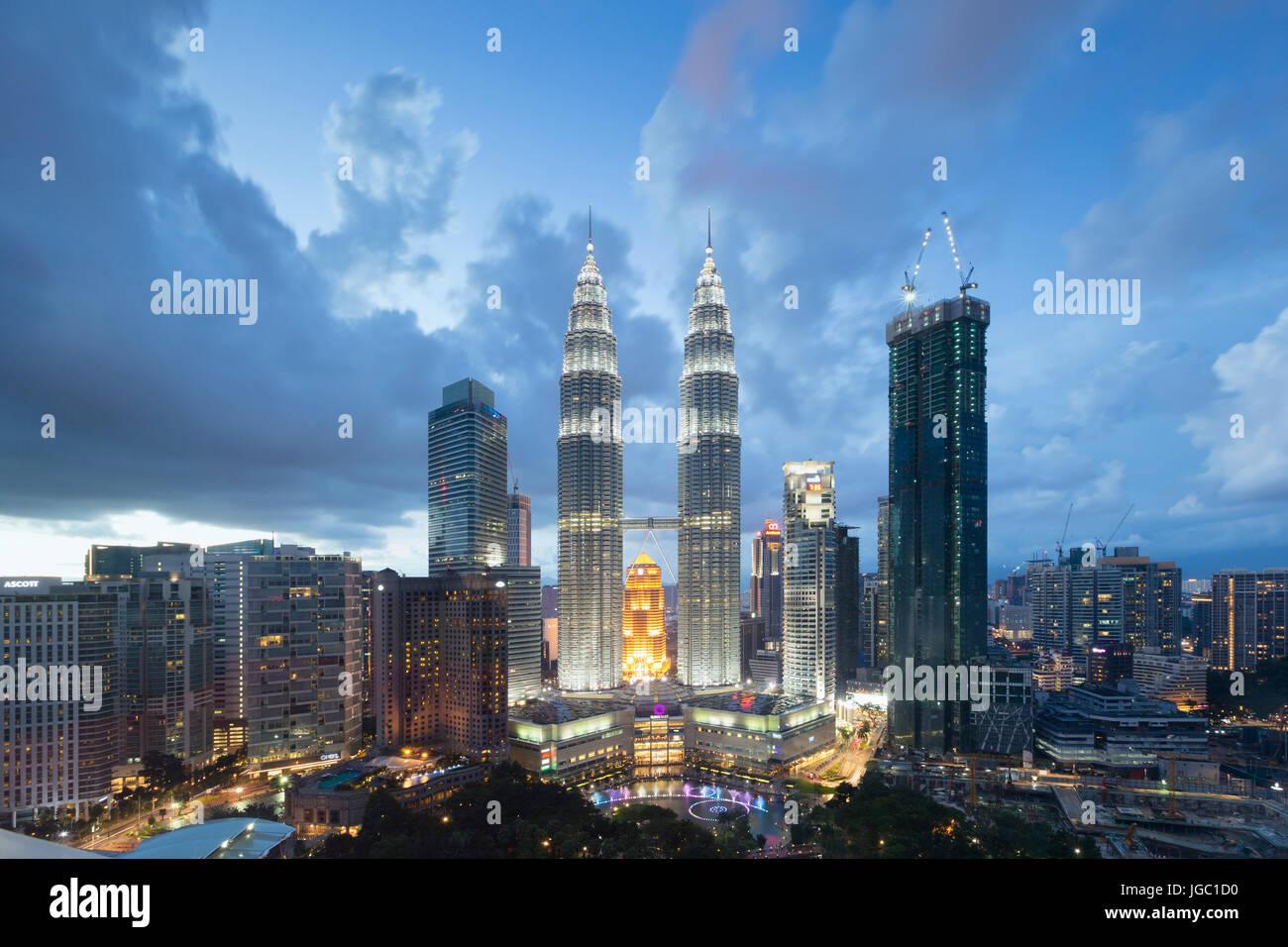 Petronas Zwillingstürme in der Abenddämmerung, Kuala Lumpur, Malaysia Stockbild
