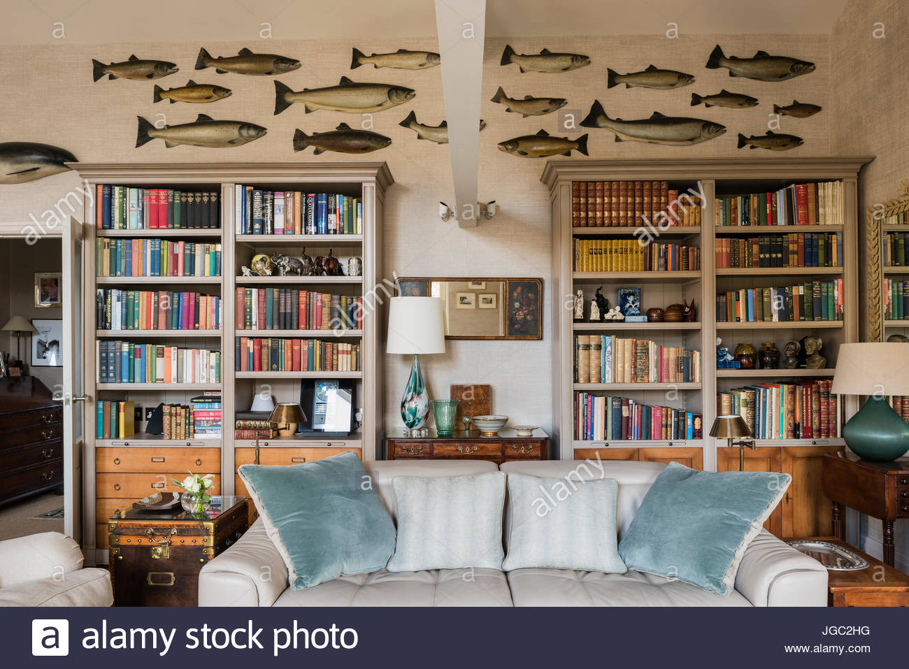 AuBergewohnlich Sammlung Von Wand Fisch über Bücherregale Im Wohnzimmer