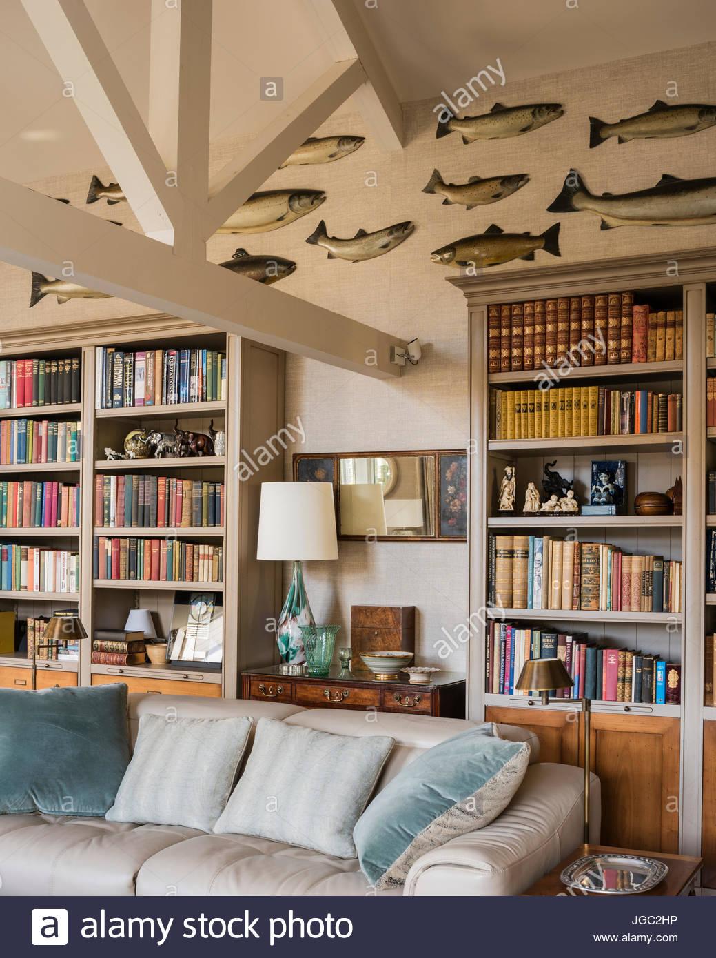 Sammlung Von Wand Fisch über Bücherregale Im Wohnzimmer