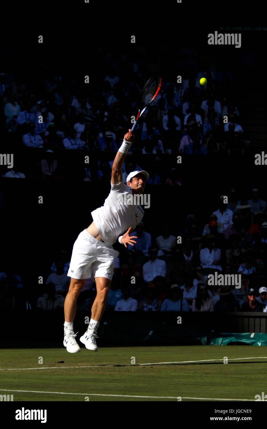London, UK. 5. Juli 2017.  Andy Murray aus Großbritannien servieren während seiner zweiten Runde in Wimbledon Stockbild