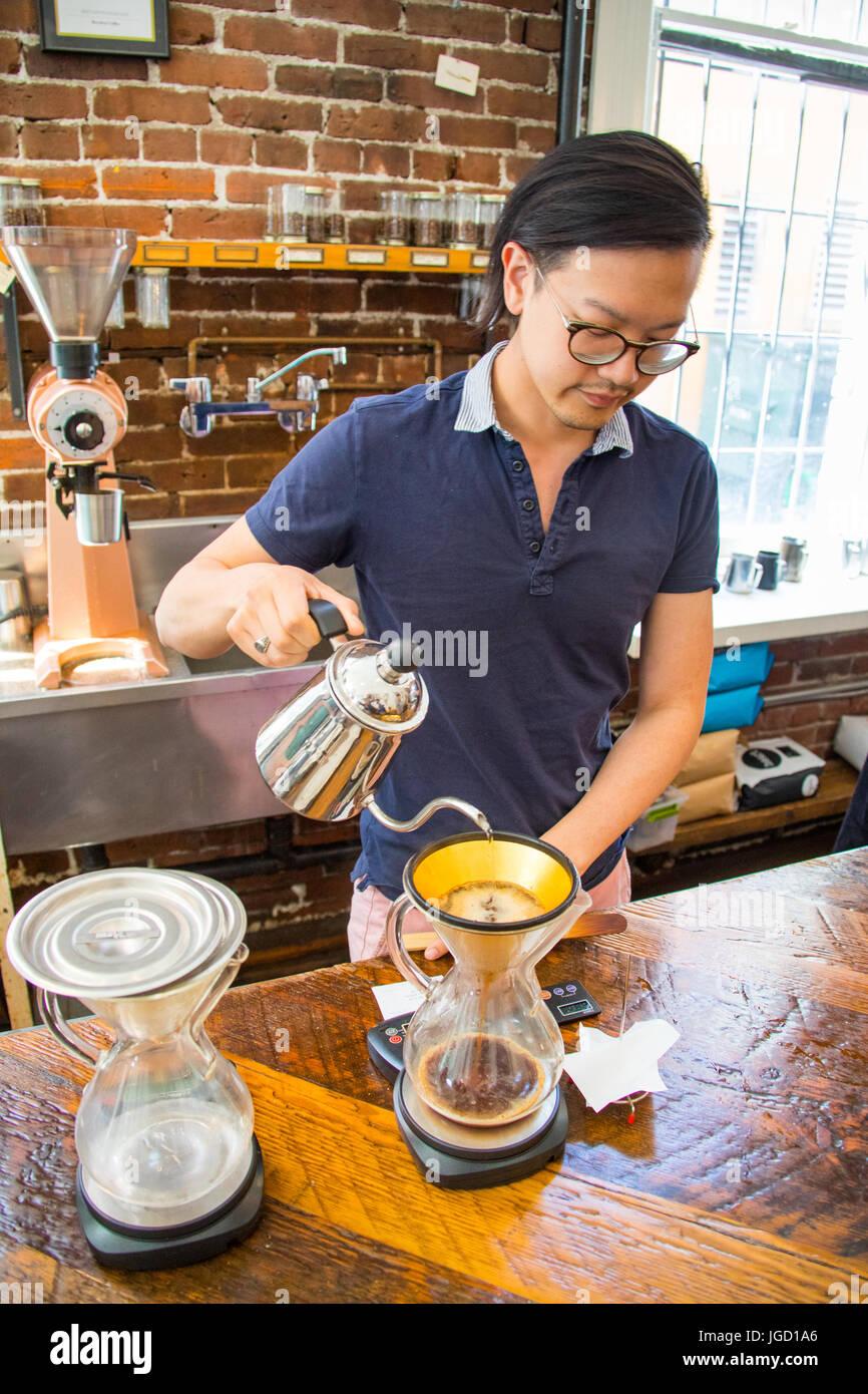 Gießen Sie über einem goldenen Filter Revolver Cafe Cambie Street, Vancouver, Kanada Stockbild