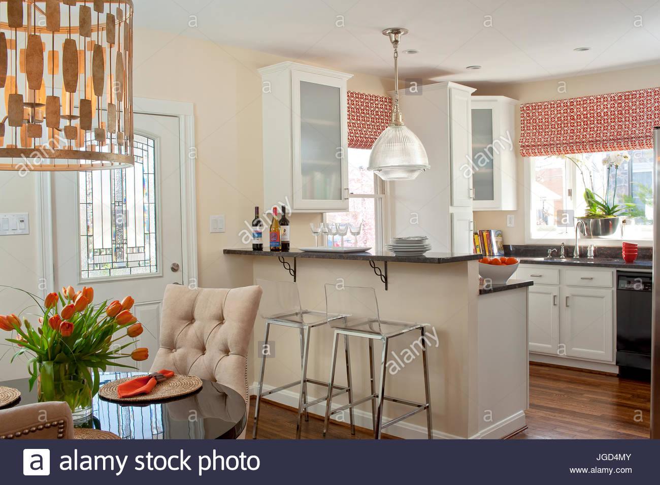 Küche offen zum Esszimmer, neutrale Töne mit roten Akzenten, moderne ...