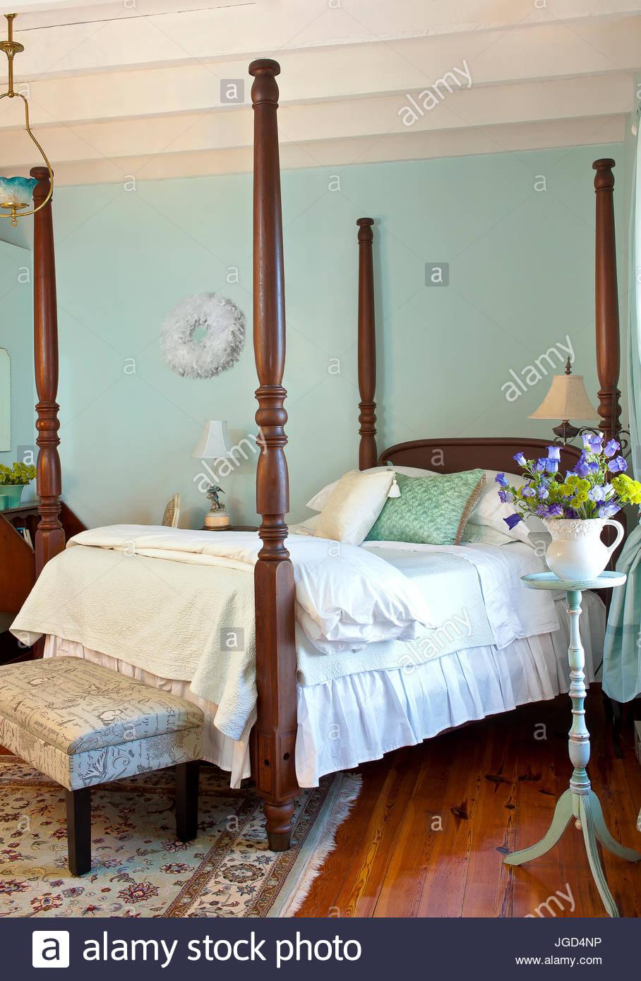 Viktorianischen Stil Schlafzimmer, blassen blauen Wänden, Himmelbett ...