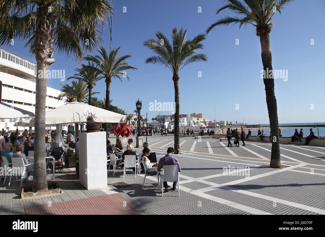 Cadiz-Boulevard und Seite gehen Cafés. Andalusien Spanien. Stockfoto