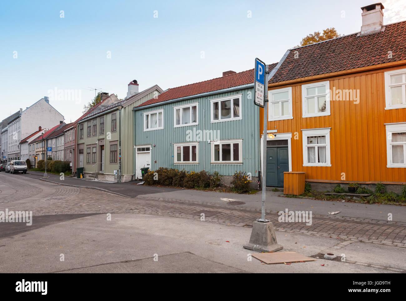 Skandinavische Holzhäuser skandinavische holzhäuser stehen entlang der alten straße in