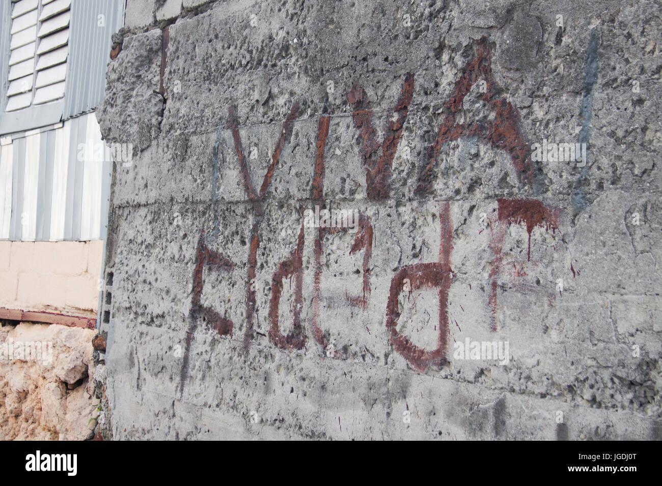"""""""Viva Fidel"""" gemalt auf der Wand auf ein Haus von Trinidad, Kuba Stockbild"""