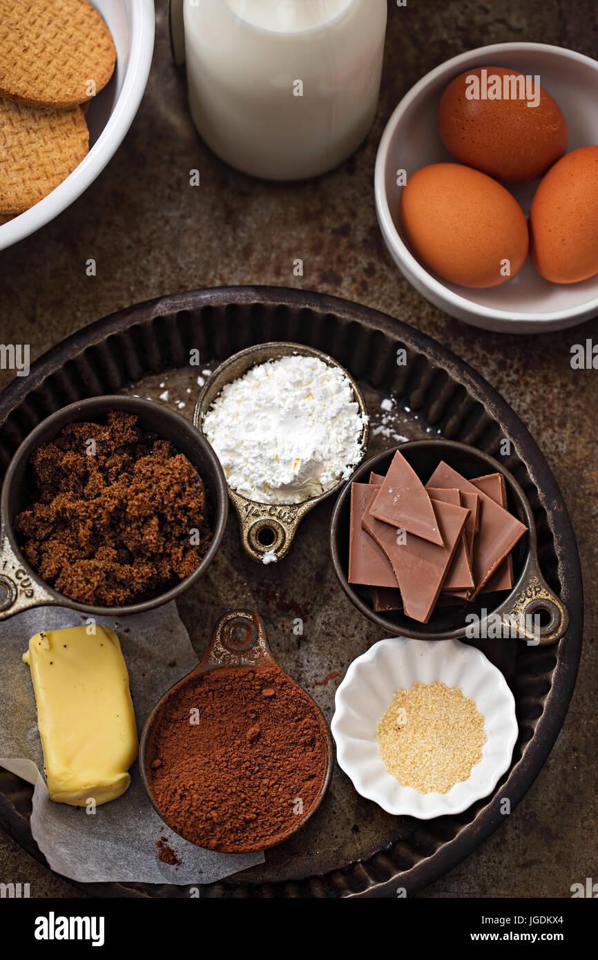 Schokolade Kuchen Backzutaten - Eiern, Kekse, Schokolade, Maismehl, Schokolade, Kakao, butter Stockbild