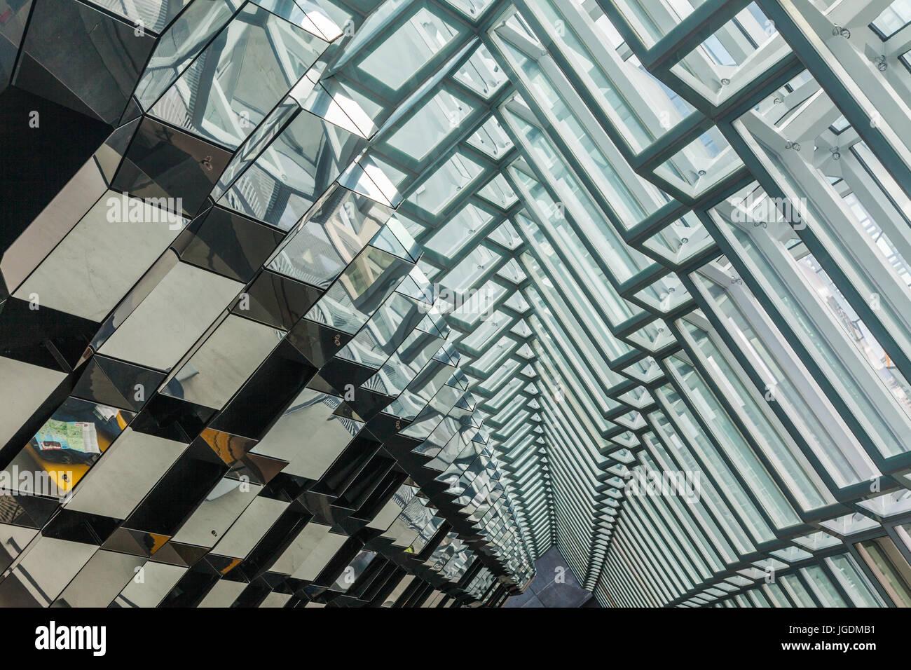 Perspektivisches Bild von Glaswand und Decke im Konzerthaus Harpa Stockbild