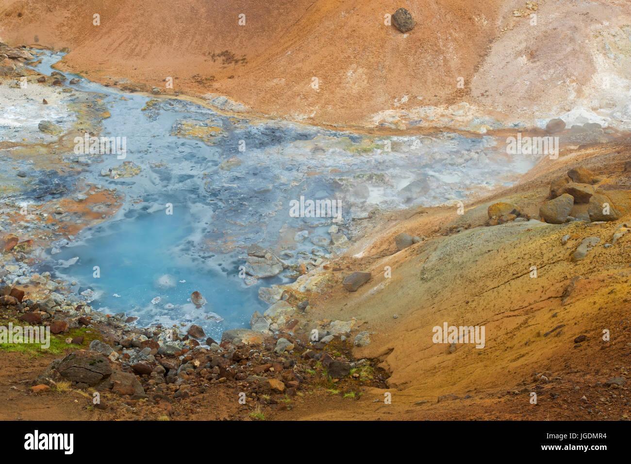 Heiße Quelle bei Seltun, geothermischen Feld mit vulkanischen Fumarolen, Schlammlöcher und heiße Stockbild