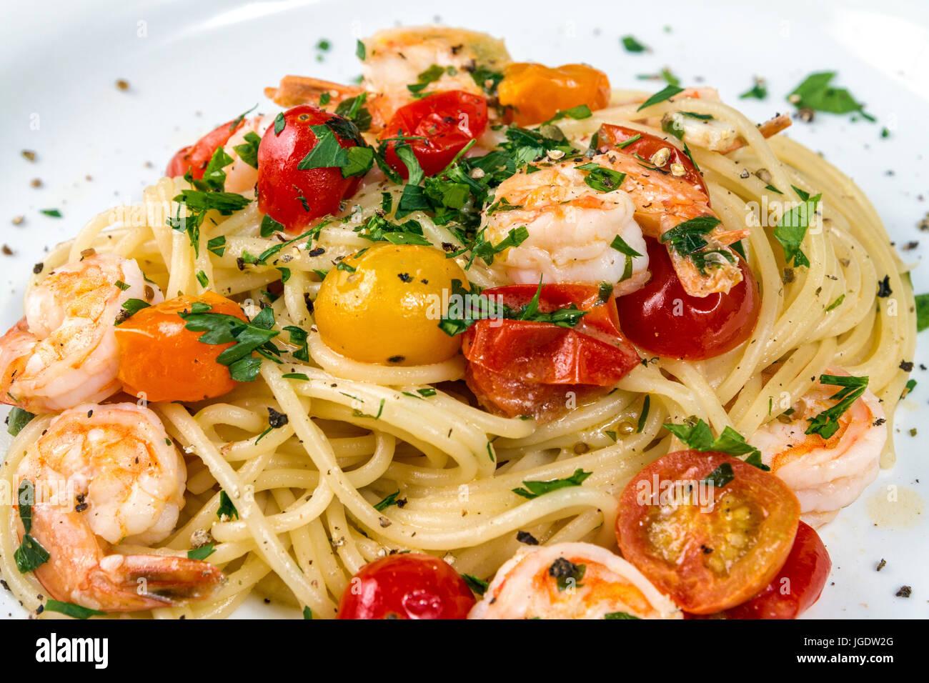 fisch und meeresfr chte spaghetti nudeln mit garnelen oder shrimps mit gemischten farben cherry. Black Bedroom Furniture Sets. Home Design Ideas