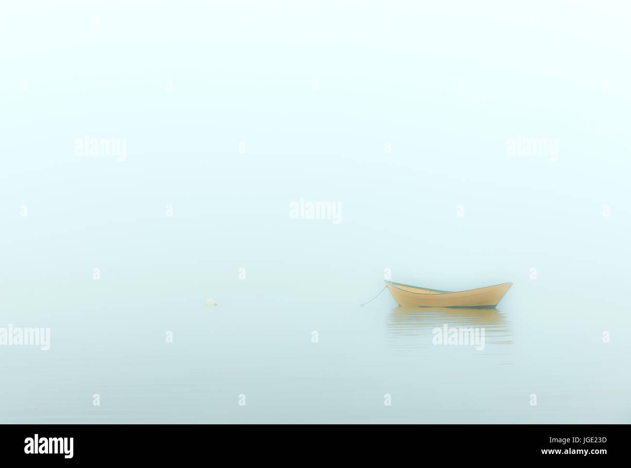 Einsamer Dory an einem bewölkten Morgen Brewster, Cape Cod, Massachusetts, USA. Stockbild