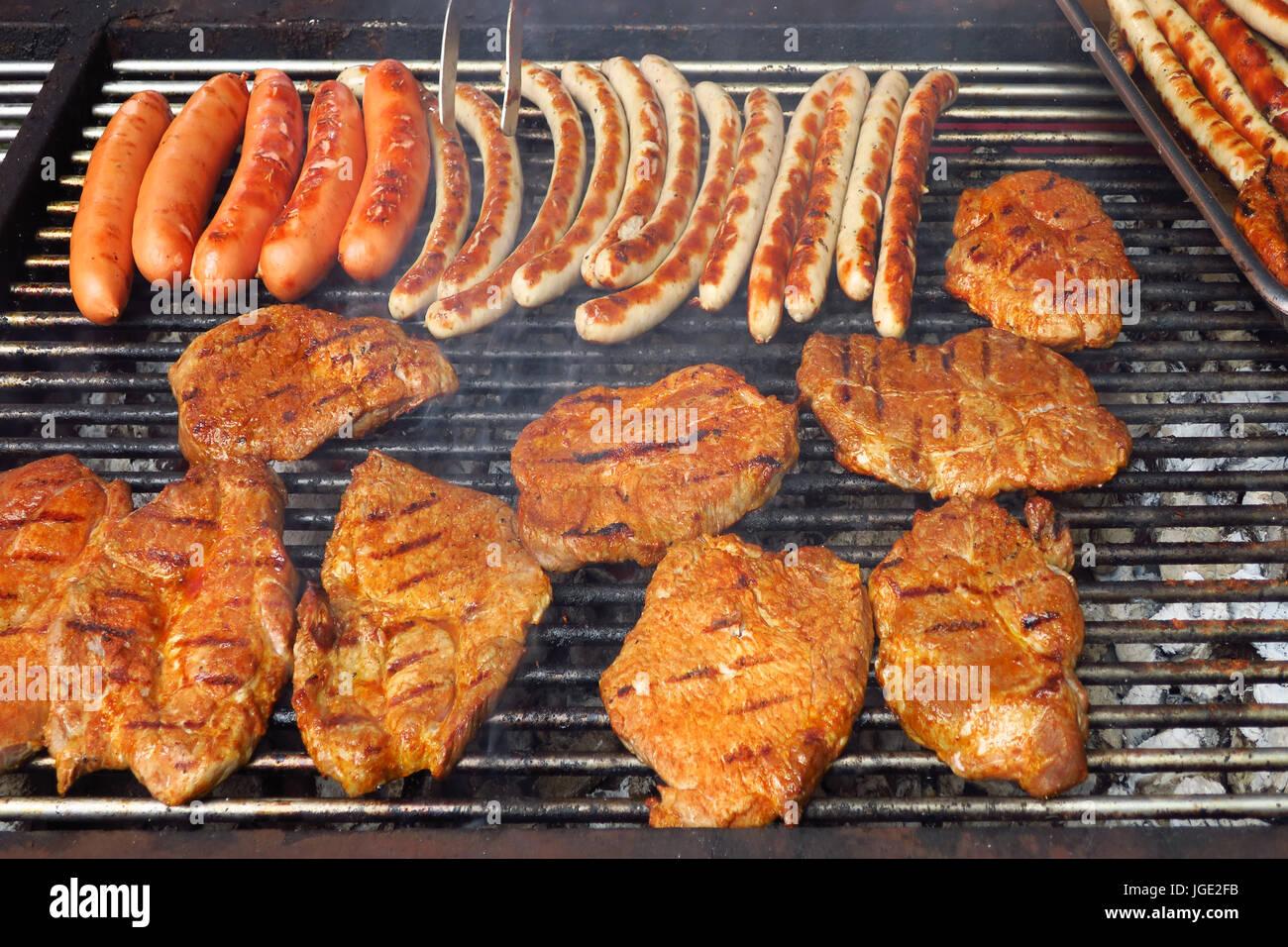 Grill grill grill fleisch wurst lebensmittel - Gartenparty essen ...