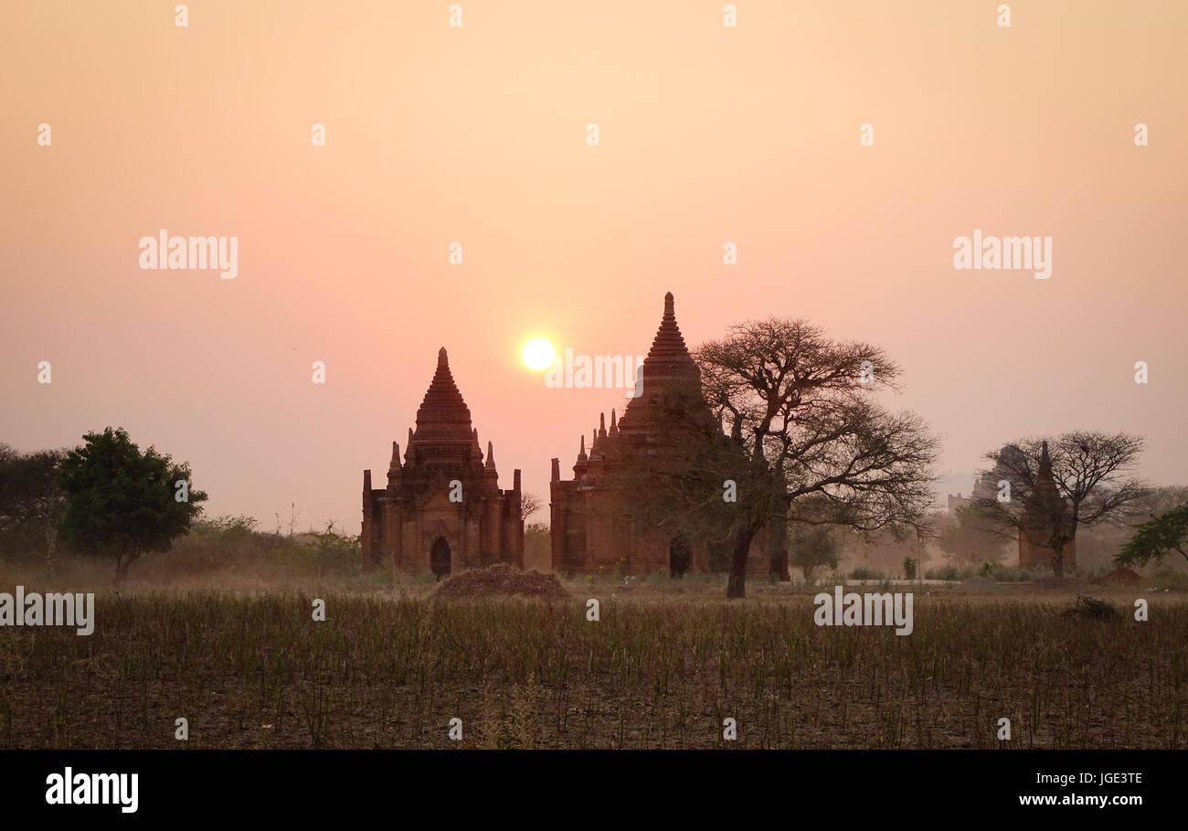 Buddhistische Tempel bei Sonnenaufgang in Bagan, Myanmar. Die Bagan archäologische Zone ist ein Hauptfeld zum Stockbild