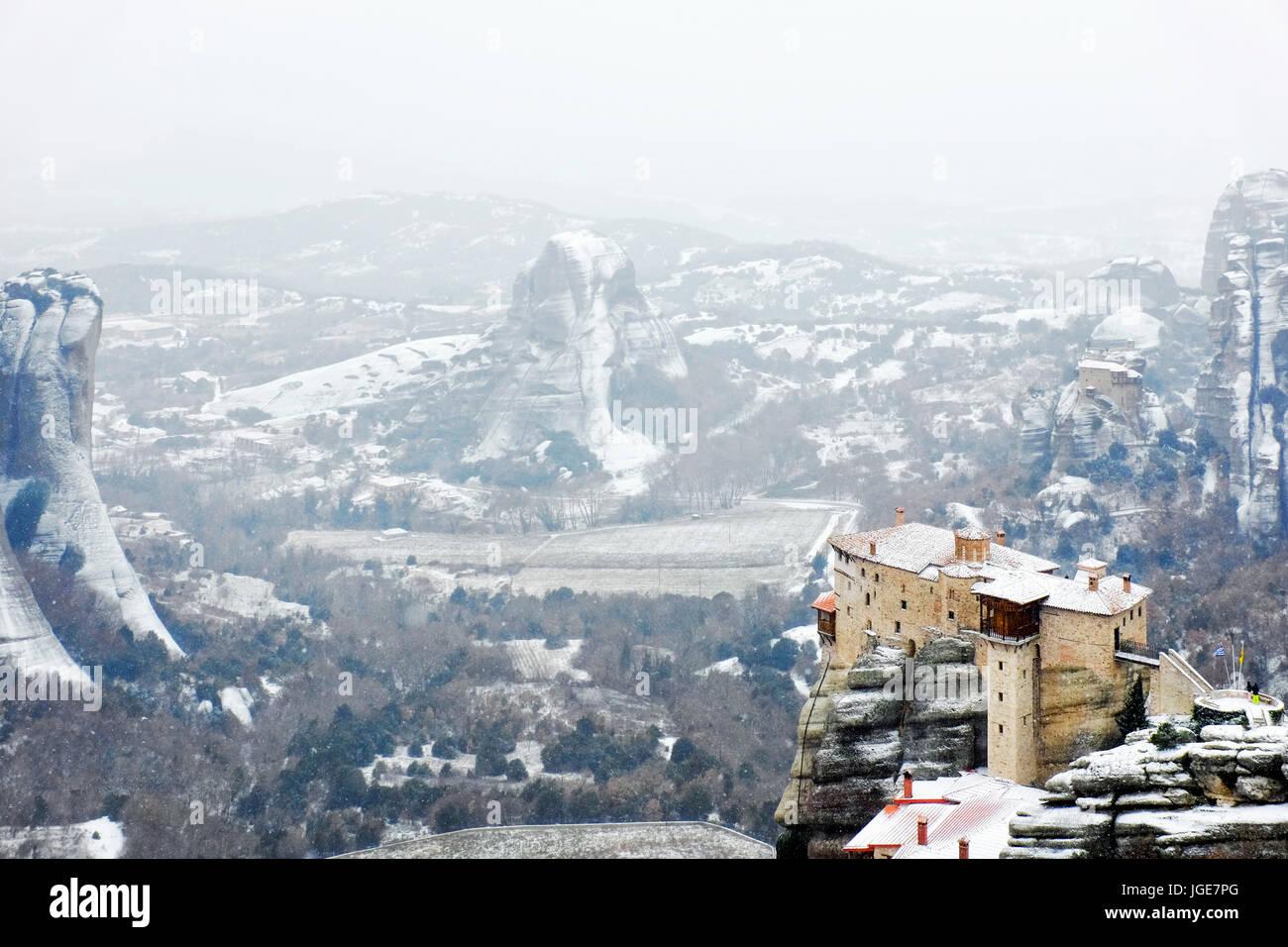 Das heilige Kloster Rousanou unter starkem Schneefall, Meteora, Kalabaka, Griechenland Stockbild