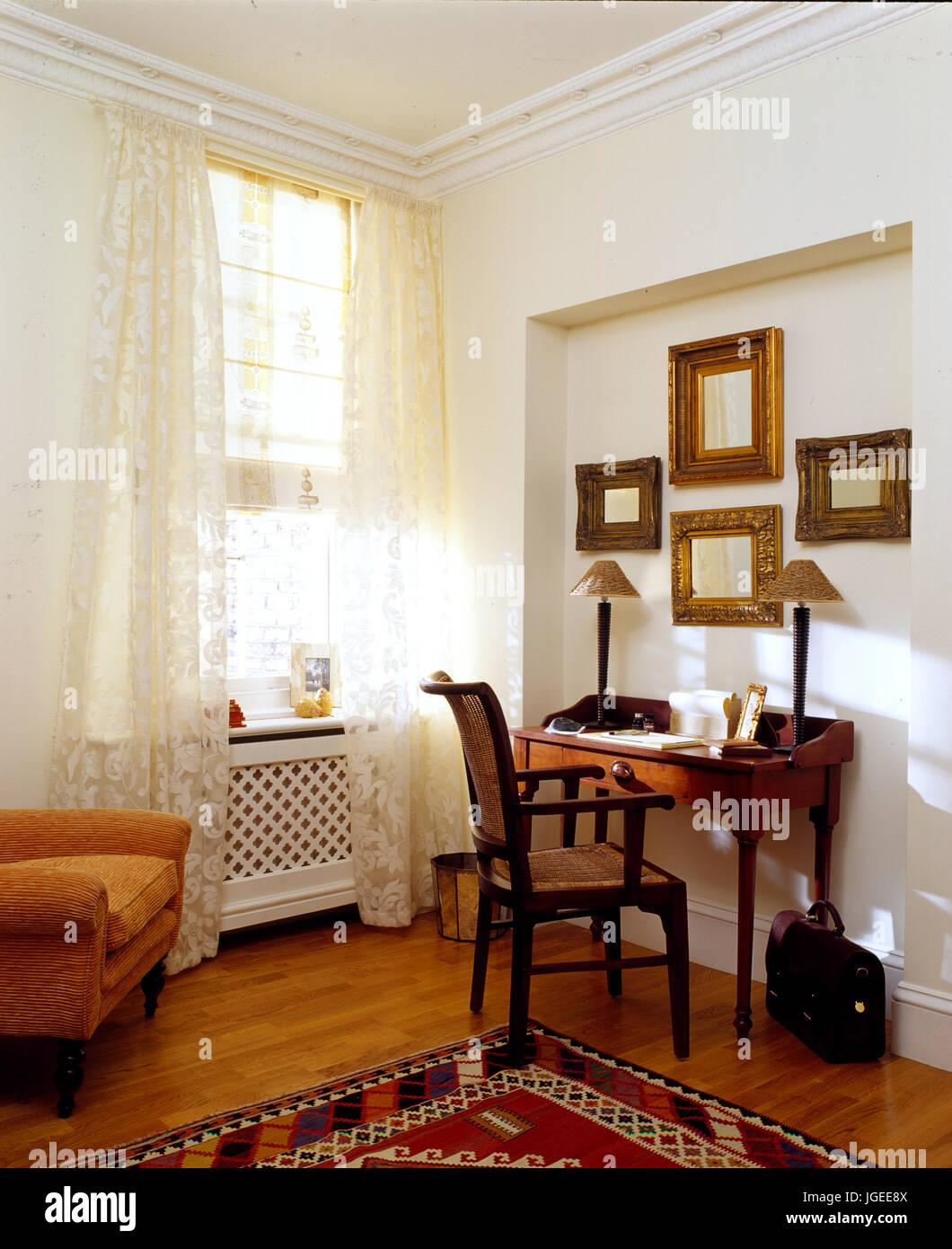 Mahagoni Schreibtisch in der Ecke des Wohnzimmer Stockfotografie