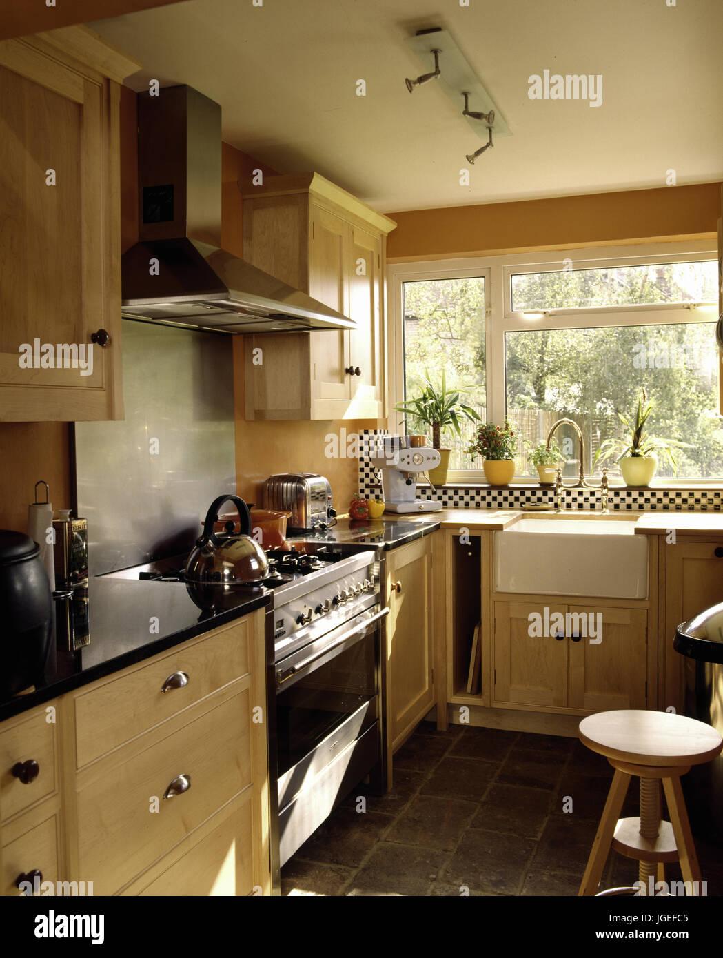 Butlers creme Küche mit Spüle und Backofen Stockfoto, Bild ...
