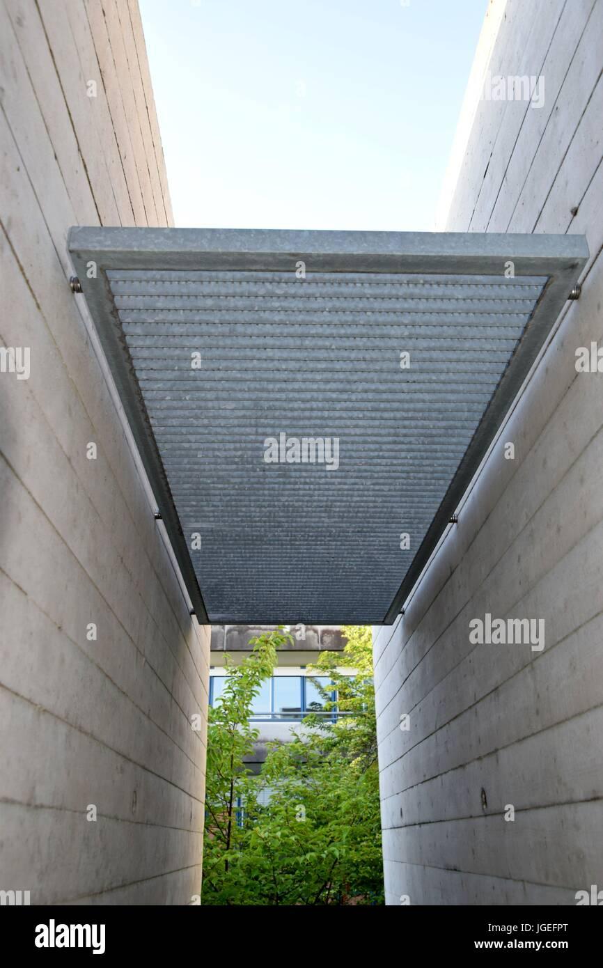 Betonwände Mit Metall, Beton-Wand mit Metall, Brutalismus Stockbild